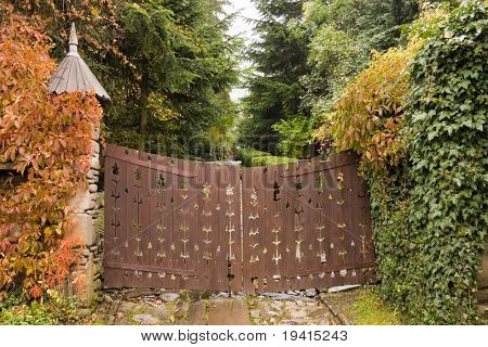 Puerta de madera de estilo retro a una casa y hojas amarillas