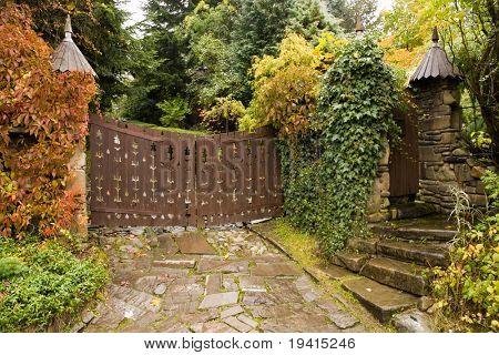 Hojas de puerta de madera de estilo retro a una casa y amarillo 2
