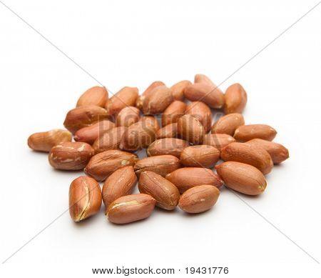 Amendoim com pele vermelha, isolado no branco.