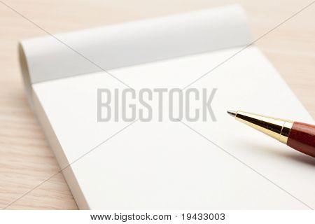 Bloc de notas en blanco aislado en blanco.