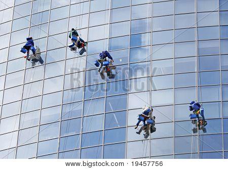 Seis trabajadores lavar las ventanas