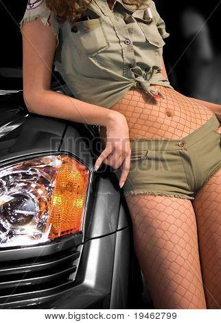 Schönes Modell stützte sich auf Auto