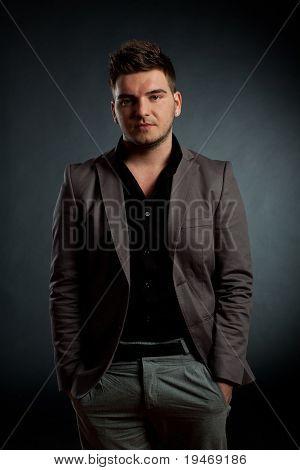 Attraktiver junger Mann tragen elegante Anzug
