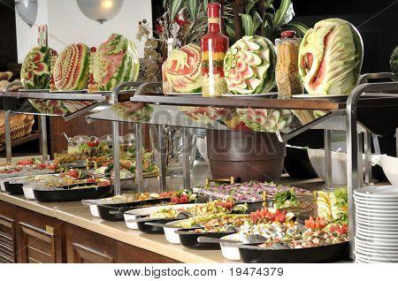 Buffet de comida en bandejas - una serie de imágenes del restaurante.