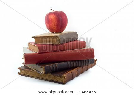 roter Apfel auf alte Bücher, isolated on white