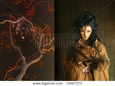 Foto de mujer con plumas junto a un árbol
