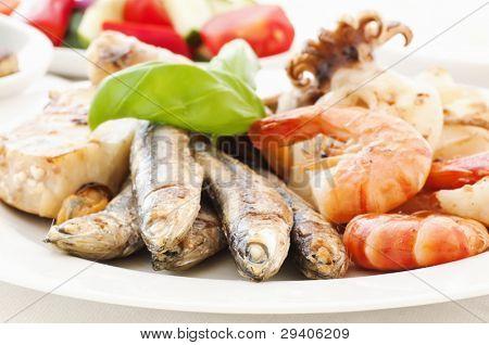 Meeresfrüchte Teller mit Gemüse und tzatziki