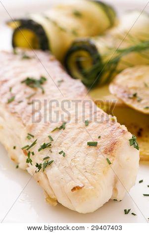 Tilapiini mit Gemüse und Kartoffeln