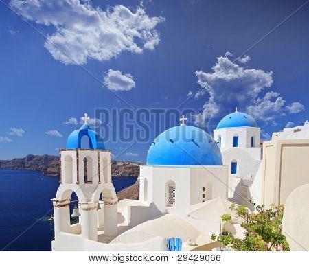 blaue gewölbte Kirche in Oia Dorf auf der Insel Santorin, Griechenland
