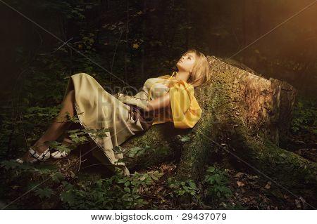 Garota loira em uma floresta mágica