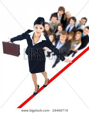 Young Business Woman walking auf einem Hochseil fast fallen auf weißem Hintergrund