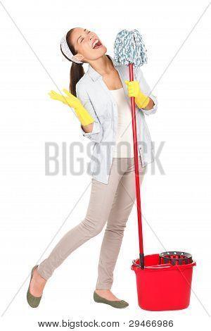 Mujer cantar diversión de limpieza de primavera