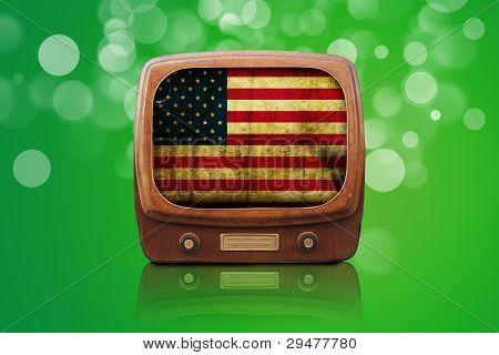 Tv antiga isolada em um fundo verde de Bokeh