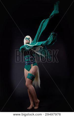 garota loira em caráter de cosplay de fúria verde