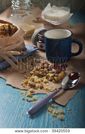 Broken Erdnuss Cookies und Löffel
