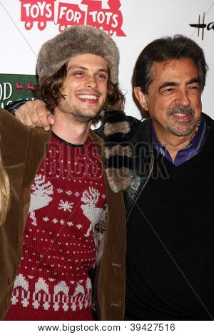 LOS ANGELES - 25 de NOV: Matthew Gray Gubler, Joe Mantegna chega à Par de Natal de Hollywood de 2012