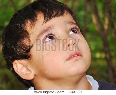 sehr hübsch Kid mit emotionalen echte Tränen weinen