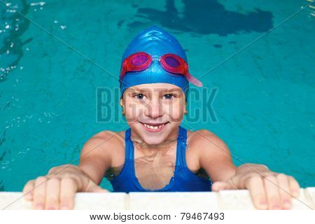 Sporty Girl Starts In The Pool