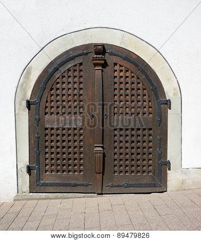 Round artistic brown wooden gate