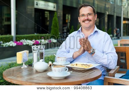Businessman having lunch at an outdoor cafe