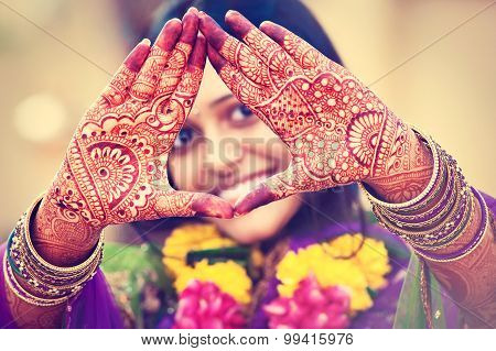 Indian   henna wedding design,     traditional mehndi design on women's hands