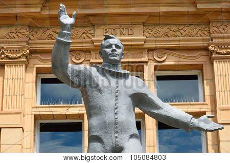 Yuri gagarin statue waving