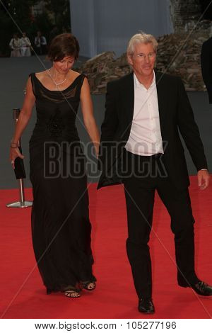 VENICE - SEPT 4:Actress Carey Lowell and actor Richard Gere arrive at the 'I'm Not There' Premiere during the 64th Venice Film Festival on September 4, 2007 in Venice, Italy
