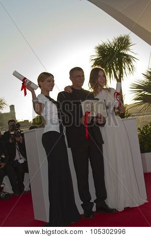CANNES, FRANCE - MAY 26: Lea Seydoux, Abdellatif Kechiche, Adele Exarchopoulos  attend the Palme D'Or Winners Photocall during the 66th Cannes Festival at the Palais on May 26, 2013 in Cannes, France.