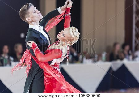 Minsk, Belarus-september 26, 2015: Unidentified Professional Dance Couple Performs Adult Standard Pr