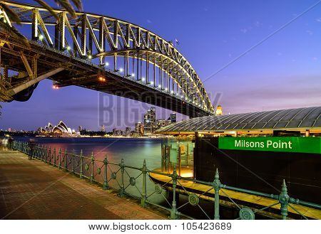 Sydney Australia - NOVEMBER 3, 2015 : Sunset At Sydney Harbour Bridge And Milsons Point WhaIf
