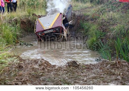RUSSIA, PUSHKINO -?? 20 SEP, 2014: Off-road vehicle is get stucked in water at Rainforest Challenge Russia Autumn 2014 PRO-X at sunny day.
