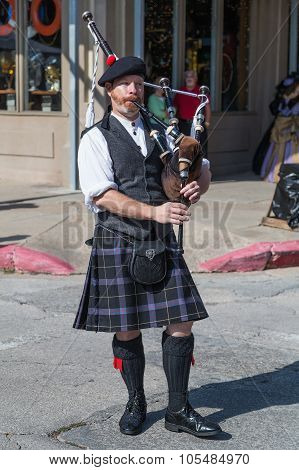 Galveston, Tx/usa - 12 06 2014: Male Musician In Traditional Scottish Costume Plays Harp At Dickens