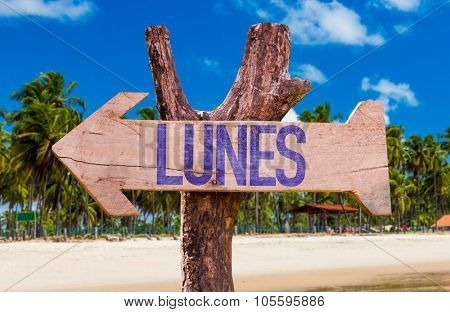 Monday (in Spanish) arrow with beach background