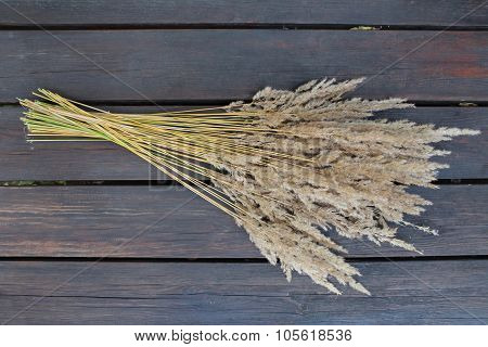 A bunch of dried grass on the wood material.