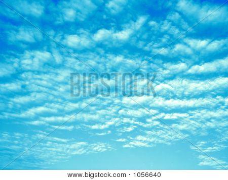 Nuvens dispersas em céu azul