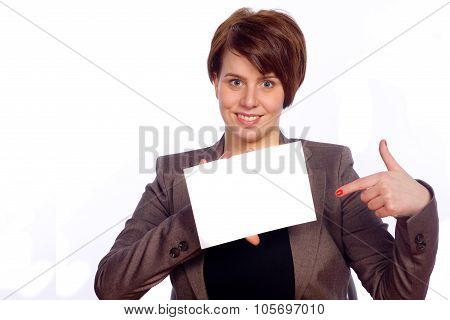 Frau deutet auf ein weißes Schild