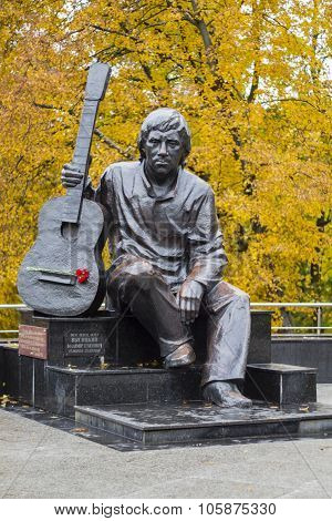 monument, Vladimir Vysotsky, sitting with a guitar.