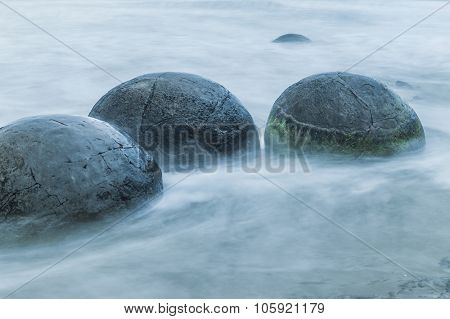 Spherical Moeraki Boulders on the Koekohe beach, Eastern coast of New Zealand.