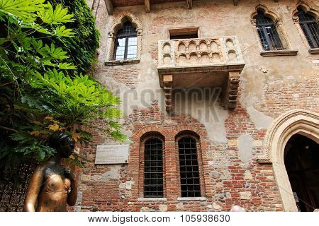 Juliet's Balcony And Juliet Statue - Verona - Italy