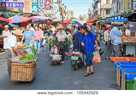 Kaohsiung, Taiwan - June 22,2015: People Selling And Buying Food In A Traditional Fruit And Vegetabl