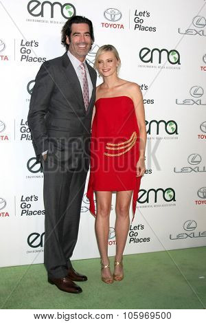LOS ANGELES - OCT 24:  Carter Oosterhouse, Amy Smart at the Environmental Media Awards 2015 at the Warner Brothers Studio Lot on October 24, 2015 in Burbank, CA