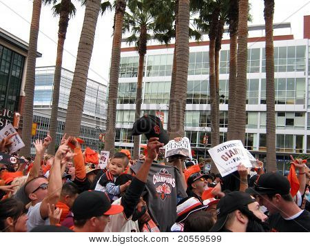 Giants Fans Go Crazy For Cameras Outside Ballpark After Winning The Nl West Division