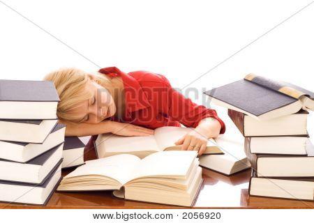 Mujer dormida en libros