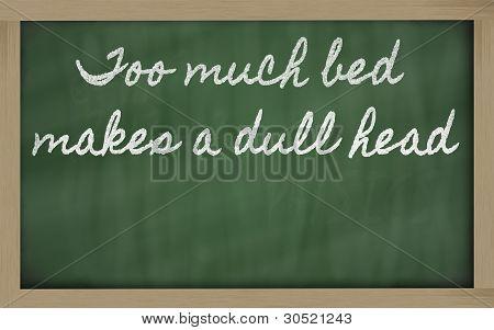 Expressão - muita cama faz uma cabeça maçante - escrita em um quadro-negro da escola com giz