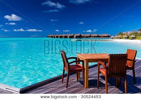 Tisch und Stühle im tropischen Strandrestaurant