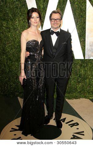 LOS ANGELES - 26 de FEB: Gary Oldman; Alexandra Edenborough llega a la parte de Oscar de Vanity Fair 2012
