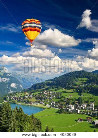 kleine Schweizer Dorf in der Nähe der Berg titlis