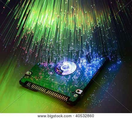 disco duro de la computadora y cabezas en el fondo de tecnología óptica de fibra