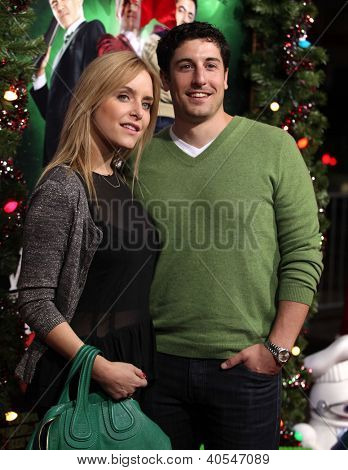 LOS ANGELES - NOV 02:  Jason Biggs & wife Jenny arriving to