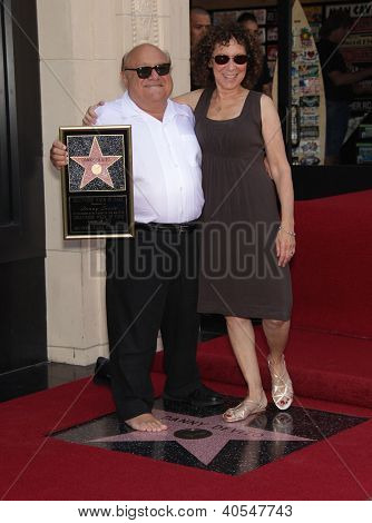 LOS ANGELES - AUG 29:  Danny DeVito & Rhea Perlman arriving to Walk of Fame-DANNY DeVITO  on August 29, 2011 in Hollywood, CA
